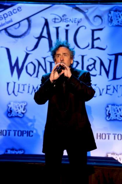 """In foto Tim Burton (61 anni) Dall'articolo: Alice in Wonderland: la clip """"vestite questa ragazza"""" e nuove immagini."""