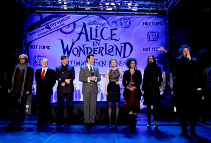 """In foto Michael Sheen (52 anni) Dall'articolo: Alice in Wonderland: la clip """"vestite questa ragazza"""" e nuove immagini."""
