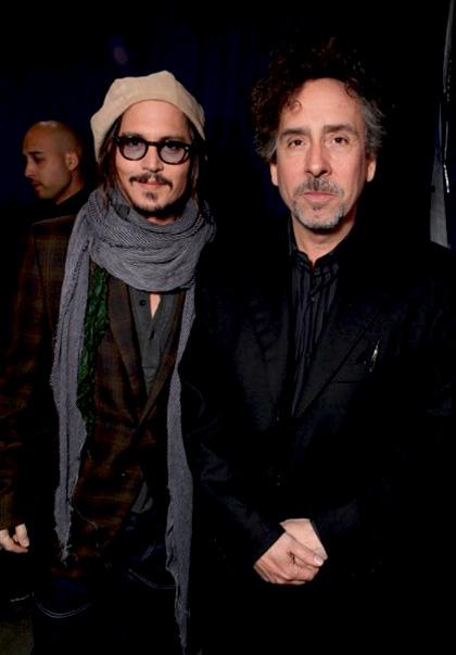 """In foto Tim Burton (63 anni) Dall'articolo: Alice in Wonderland: la clip """"vestite questa ragazza"""" e nuove immagini."""