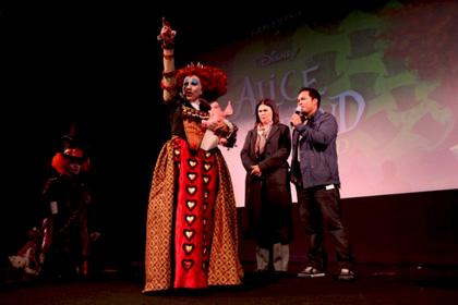 """L'Ultimate Fan Event -  Dall'articolo: Alice in Wonderland: la clip """"vestite questa ragazza"""" e nuove immagini."""