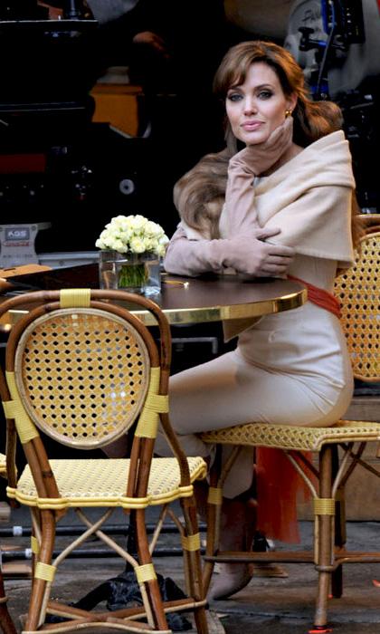 In foto Angelina Jolie (45 anni) Dall'articolo: The Tourist: prime foto dal set Parigino della Jolie.