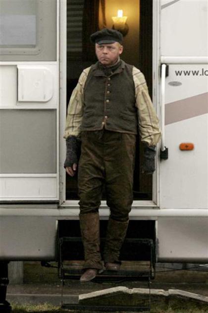 In foto Simon Pegg (49 anni) Dall'articolo: Burke and Hare: prime foto dal set londinese di Serkis e Pegg.