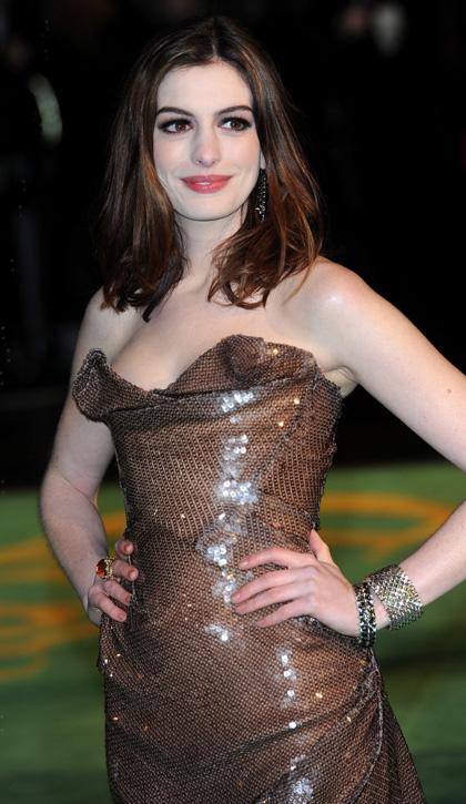 In foto Anne Hathaway (39 anni) Dall'articolo: Alice in Wonderland: premiere mondiale a Londra.