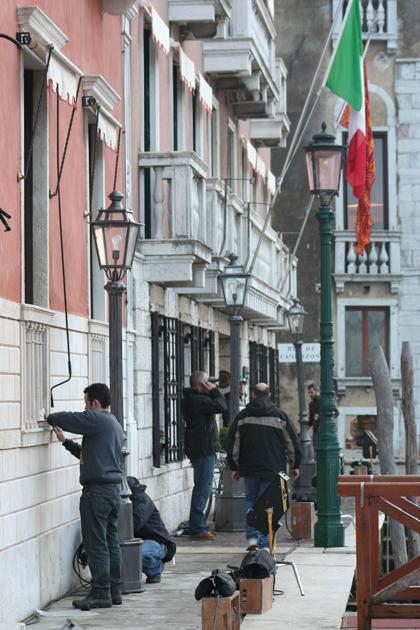I tecnici preparano i finti lampioni -  Dall'articolo: The Tourist: primo giorno di riprese a Venezia.