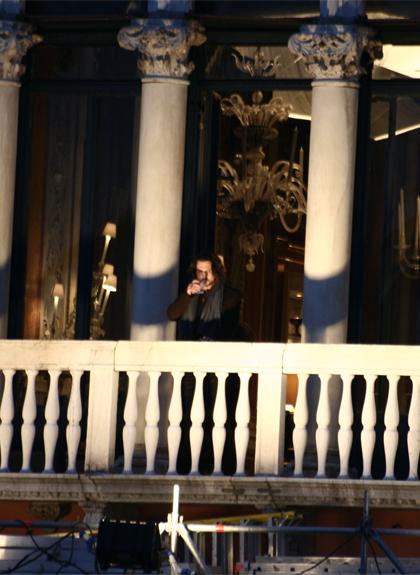 Depp durante le riprese -  Dall'articolo: The Tourist: primo giorno di riprese a Venezia.