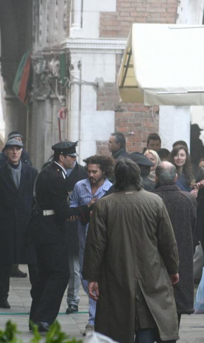 In foto Johnny Depp (57 anni) Dall'articolo: The Tourist: le riprese di Depp inseguito in Campo della Pescheria.