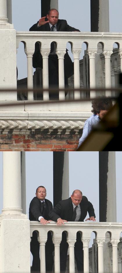 Le due guardie che inseguono lo stuntman -  Dall'articolo: The Tourist: le riprese di Depp inseguito in Campo della Pescheria.