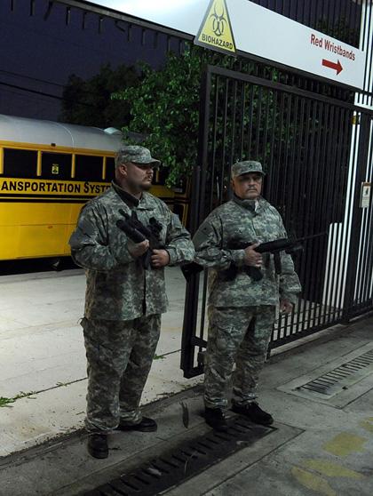 Le comparse vestite da militari -  Dall'articolo: La città verrà distrutta all'alba: assetto antivirus anche a Roma.