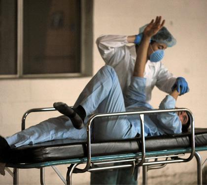 Un dottore cerca di calmare un pazzo -  Dall'articolo: La città verrà distrutta all'alba: assetto antivirus anche a Roma.