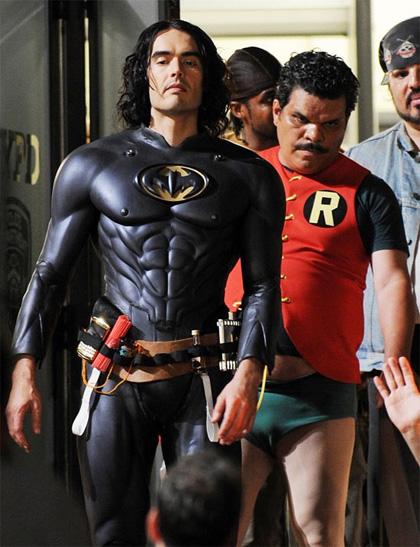 Arthur: Russell Brand e Luis Guzman sono Batman e Robin ...