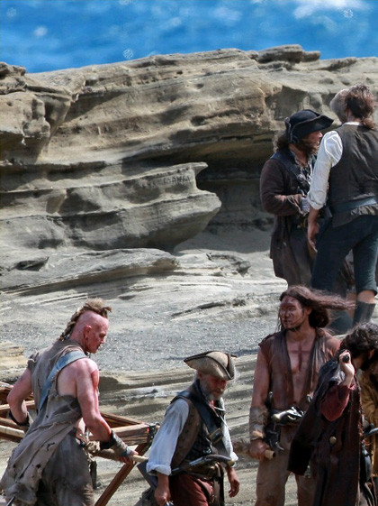 Una scena sul set -  Dall'articolo: Pirates of the Caribbean: On Stranger Tides, Penelope Cruz con Depp sul set.