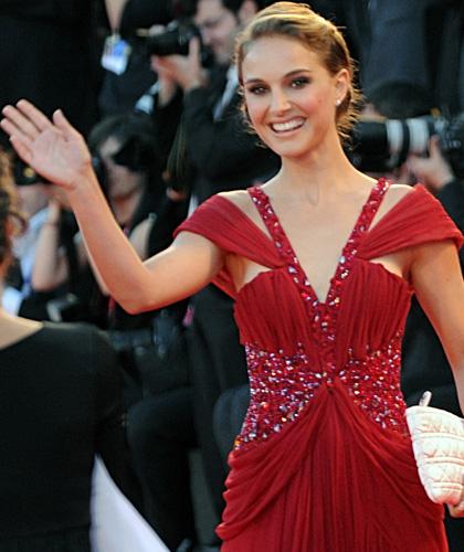 In foto Natalie Portman (38 anni) Dall'articolo: Venezia 2010: il red carpet di Black Swan.