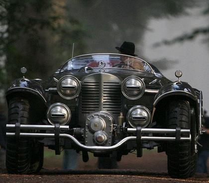La macchina degli anni '40 sul set -  Dall'articolo: Captain America: la controfigura in moto, in costume e con lo scudo.