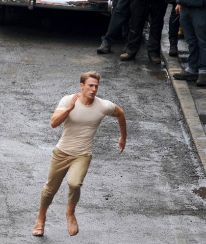 In foto Chris Evans (38 anni) Dall'articolo: Captain America: le foto di Steve Rogers e Peggy Carter sul set.