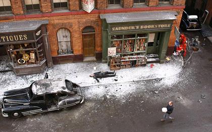 La sparatoria nella Brooklyn degli anni '40 -  Dall'articolo: Captain America: le foto di Steve Rogers e Peggy Carter sul set.