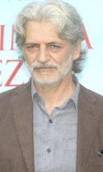 In foto Fabrizio Bentivoglio (61 anni) Dall'articolo: Una sconfinata giovinezza: il vecchio bambino.