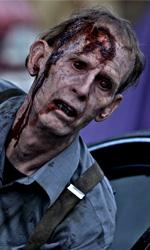 Uno zombie sta uscendo da una macchina -  Dall'articolo: Se il vicino di casa è uno zombie....
