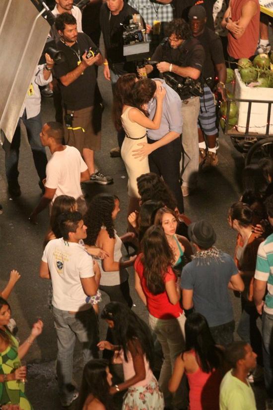Durante le riprese. -  Dall'articolo: Primo bacio di Edward e Bella sul set di The Twilight Saga: Breaking Dawn.