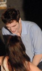 In foto Robert Pattinson (33 anni) Dall'articolo: Primo bacio di Edward e Bella sul set di The Twilight Saga: Breaking Dawn.