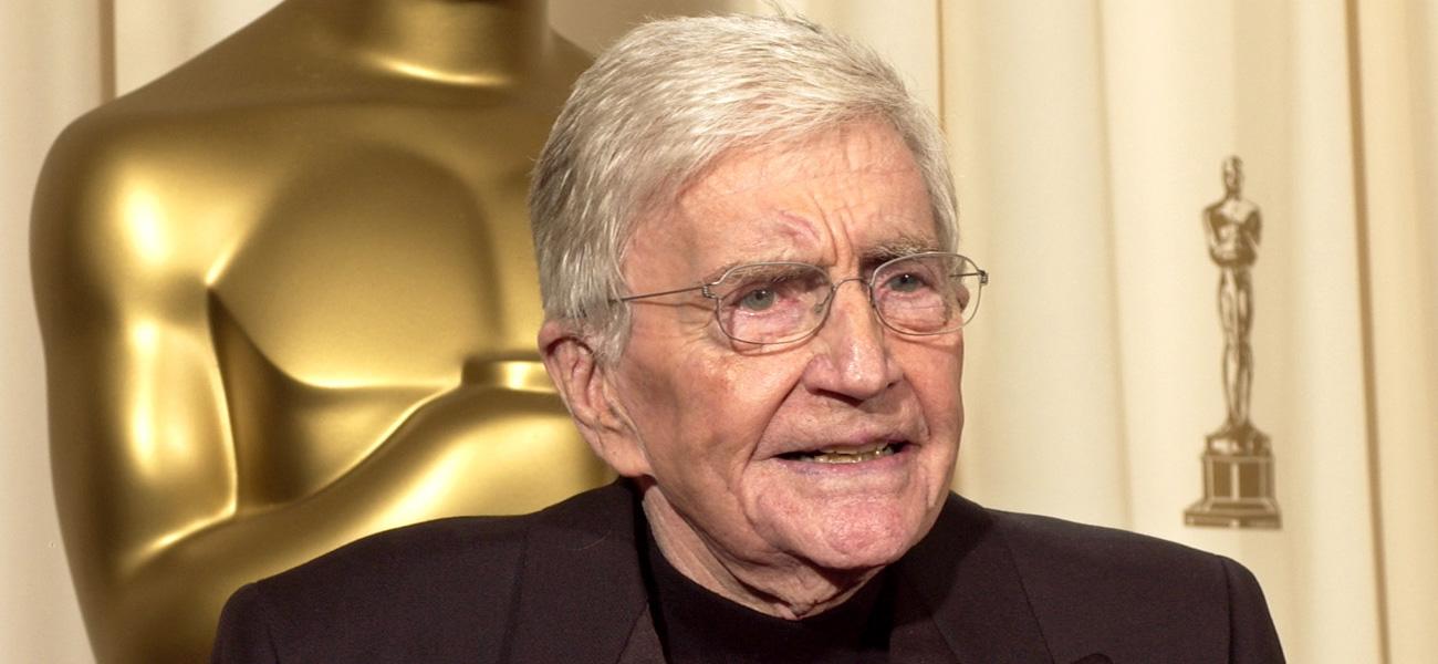 Muore il maestro della commedia americana - Il regista Blake Edwards con l'Oscar alla carriera ricevuto nel 2004.