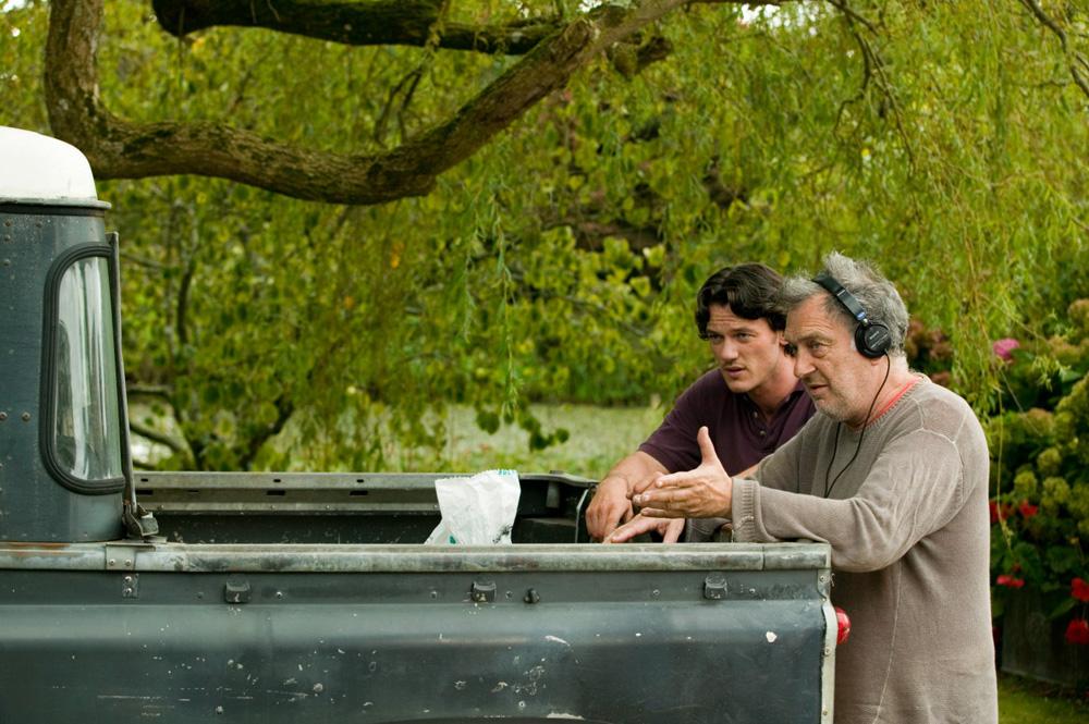 In foto Stephen Frears (77 anni) Dall'articolo: La fotogallery del film Tamara Drewe - Tradimenti all'inglese.