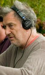 In foto Stephen Frears (79 anni) Dall'articolo: La fotogallery del film Tamara Drewe - Tradimenti all'inglese.