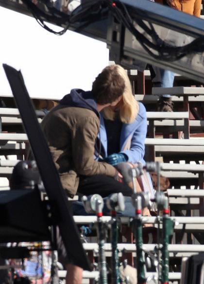 Il bacio tra Peter e Gwen. -  Dall'articolo: Primo sguardo a Andrew Garfield nelle vesti di Peter Parker.