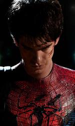 In foto Andrew Garfield (37 anni) Dall'articolo: La foto ufficiale di Andrew Garfield col costume di Spider-Man.