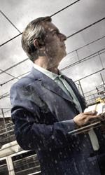 La fotogallery del film Into Paradiso - Alfonso tra i binari della stazione ferroviaria.
