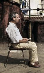 La fotogallery del film Into Paradiso - Alfonso sul tetto dello stabile.
