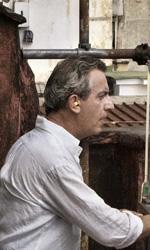 La fotogallery del film Into Paradiso - Alfonso, sul tetto dello stabile, interrogato dalla Polizia.