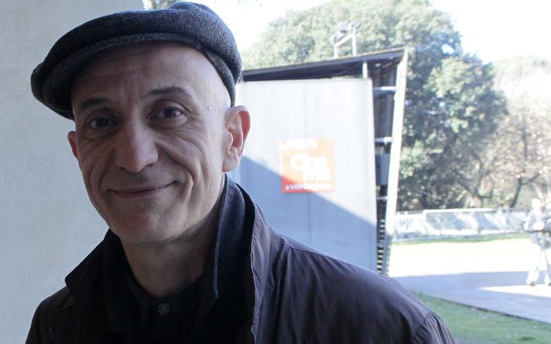 In foto Peppe Servillo (58 anni) Dall'articolo: Il tema dell'emigrazione affrontato in modo inedito e nuovo.