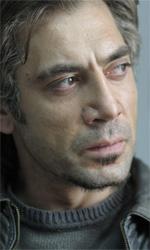 La fotogallery del film Biutiful - Ancora una foto di Uxbal assorto nei suoi pensieri.