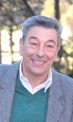 Una vita tra le gonne - Gianni Di Gregorio seduto su una panchina al photocall di Gianni e le donne