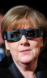 Omaggio in 3D a un'amicizia durata 40 anni - Il cancelliere Angela Merkel indossa gli occhialini per il 3D.