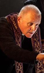 Quarant'anni di esorcismi cinematografici - Colin O'Donoghue (Michael Kovak) osserva il lavoro di Padre Lucas (Anthony Hopkins) in una scena del film Il rito.