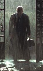 Quarant'anni di esorcismi cinematografici - Padre Lucas (Anthony Hopkins) fa il suo arrivo sotto una pioggia battente in una scena del film Il rito.