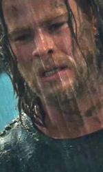 Un arrogante guerriero in punizione sulla Terra - Thor di fronte al Mjolnir.