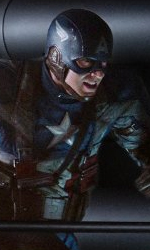 Teschio Rosso fa la sua comparsa con l'uniforme dell'Hydra - Chris Evans in una scena di Captain America: The First Avenger.