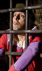 Amici miei, amici suoi - Massimo Ceccherini in gattabuia in una scena del film Amici miei - Come tutto ebbe inizio di Neri Parenti.