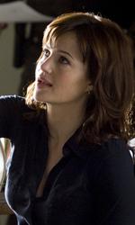 The Rock cerca vendetta - Cicero (Carla Gugino) mostra a Cop la scheda di Driver in una scena del film Faster.