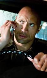 The Rock cerca vendetta - Driver al telefono in una scena del film Faster. Dietro di lui si intravede Killer.