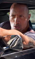 The Rock cerca vendetta - Driver spara dalla sua auto in una scena del film Faster.