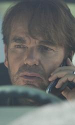 The Rock cerca vendetta - Cop parla al cellulare in una scena del film Faster.