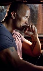 The Rock cerca vendetta - Dwayne Johnson (Driver) nella sua auto durante una scena del film Faster di George Tillman jr.