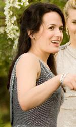 Esme (Elizabeth Reaser) saluta i membri del clan Denali (Maggie Grace, Casey LaBow e MyAnna Buring) al matrimonio. -  Dall'articolo: Matrimonio e luna di miele per Edward e Bella.