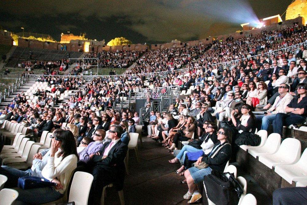 La platea del teatro greco di Taormina assiste alla proiezione di Kung Fu Panda 2. -  Dall'articolo: Jack Black, cuore di panda.