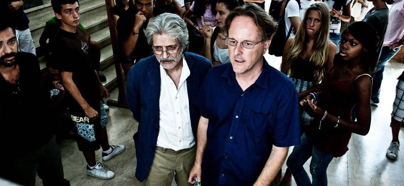 In foto Fabrizio Bentivoglio (61 anni) Dall'articolo: Dalla regia occulta della sceneggiatura alla sbornia emotiva del set.