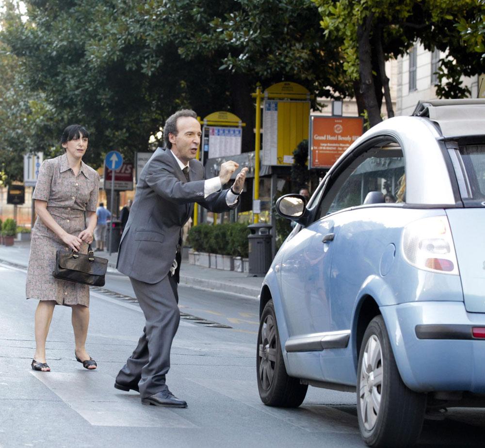 Benigni nei panni di Leopoldo Pisanello ferma una macchina per strada -  Dall'articolo: Benigni si spoglia per Allen.
