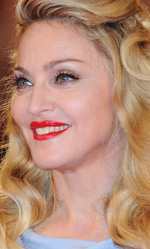 In foto Madonna (63 anni) Dall'articolo: Fischi a Bellucci, flash per Madonna.